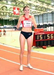 Chiara Scherrer aus Bütschwil jubelt nach ihrem Titelgewinn in der Halle über 3000 Meter in Magglingen. (Bild: PD)