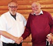 Obmann Kurt Tischhauser ehrte mit dem Oberrieter Xaver Weder (rechts) den ältesten Versammlungsteilnehmer. (Bild: pd)