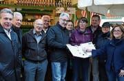 Die Übergabe der Petitionsunterschriften an Stadträtin Maria Pappa (rechts) gestern Freitag auf dem ständigen Markt. (Bild: Reto Voneschen)