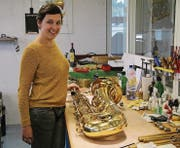 Lisa Winiger, Blasinstrumenten-Reparateurin beim Blasmusik-Center, in der Reparaturwerkstatt. (Bild: Christina Dietze)