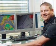 Meteorologe und Meteo-Radiomoderator Jürg Zogg am Arbeitsplatz im Studio von Schweizer Radio und Fernsehen SRF in Zürich. (Bild: SRF/Oscar Alessio)