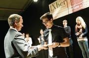 Regierungsrat Stefan Kölliker überreicht persönlich die Auszeichnungen für die beim Übersetzungswettbewerb prämierten Arbeiten. (Bild: Ralph Ribi)
