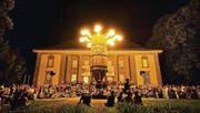 Flammendes Silo: Die multimediale Kunstperformance «Le Silo» zog zahlreiche Zuschauer an.