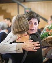 Nach dem ersten Wahlgang: Patrizia Adam nimmt Trost entgegen und Maria Pappa freut sich. (Bild: Michel Canonica (Waaghaus, 25. September 2016))