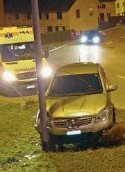 Wegen des verletzten Fahrers musste auch der Rettungsdienst aufgeboten werden. (Bild: Kapo TG)