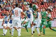 St. Gallen für einmal im gegnerischen Strafraum: Karim Haggui springt höher als Grasshoppers-Verteidiger Emil Bergström. (Bild: Andy Müller/Freshfocus)