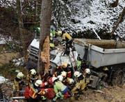 Tragischer Unfall: Der Lenker dieses in ein Tobel gestürzten LKW musste in einer aufwendigen Aktion befreit werden. (Bild: Kapo)