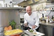 Werner Nöckl kreiert ein Dessert mit Zwetschgen, gepflückt aus dem grossen Umschwung des Restaurants Ruggisberg. (Bild: Ralph Ribi)