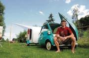 Kleines Vehikel auf grosser Reise: Peter Fitze und seine Isetta samt Anhänger gestern beim Treffen der Rollermobil-Experten. (Bild: Michael Hug)