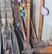 Festlich geschmückt dreht sich das Wasserrad wieder, nachdem sämtliche Holzteile erneuert wurden. (Bild: :)