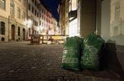 Vielerorts stehen die Abfallsäcke, wie hier in der Hinterlauben, bereits am Vorabend des Abfuhrtags vor den Eingängen. (Bild: Michel Canonica)