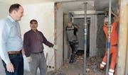 Hotelier Michael Müller geht gemeinsam mit den Handwerkern auf einen Rundgang durch die Baustelle. (Bilder: Adi Lippuner)