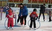 Die Kinder werden spielerisch an das Eislaufen herangeführt. (Bild: pd)
