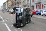 Die Langgasse war nach dem Unfall rund anderthalb Stunden nur einspurig befahrbar. (Bild: stapo)