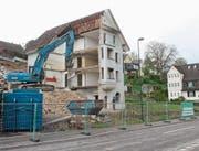 Die Abbrucharbeiten der alten Wohnhäuser an der Friedbergstrasse sind im Gange. (Bild: Andrea Häusler)
