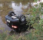 Das Auto rollte die Böschung zum Flussbett hinunter und kam dort auf dem Dach liegend zum Stillstand. (Bild: Kapo SG)