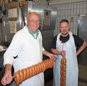 Finanzfachmann als Metzgerlehrling: Peter Bucher, 64, wird von Fleischfachmann Patrick Deetz (rechts) in die Geheimnisse der Fleischverarbeitung eingeweiht. (Bild: Maya Seiler)