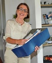 Esther Burkhalter mit ihrer geheimnisvollen blauen «Reise-Ideen-Kiste». (Bild: Beat Lanzendorfer)