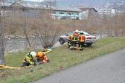 An verschiedenen Posten repetieren die Feuerwehrleute ihr Können, hier beim Sichern einer Unfallstelle und beim Retten einer Person.