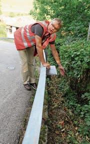 Hier werden Schienen in den Boden gerammt, um die Senkung der Strasse zu verhindern, erklärt Projektleiter Markus Lutz.