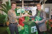 Marco Sonderegger (links) und Peter Jans taufen den Container – in Grüngutmanier mit einem Smoothie – auf den Namen Verdi. (Bild: Ralph Ribi)