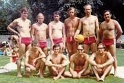 Die Wattwiler Wasserballspieler posieren in den 1970er-Jahren für ein Mannschaftsbild. (Bilder: PD)