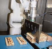 Das Ultraschallmesser des Käseroboters schneidet die Eberle-Weichkäse zuverlässig und mit höchster Genauigkeit. (Bild: pd)