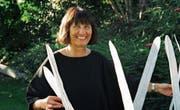 Hilda Staub hält ihr Werk «Fluglinie», das aus 125 Einzelteilen besteht. (Bild: PD)