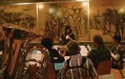 Die Musikantinnen und Musikanten aus Ebnat-Kappel und ihre Dirigentin Melanie Hösli bereiten sich auf das Kirchenkonzert vom 9. Dezember in der evangelischen Kirche Kappel vor. (Bild: sas)
