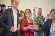 Peter Jans und Maria Pappa nehmen im Waaghaus Gratulationen entgegen. Auch die traditionelle rote Rose darf dabei nicht fehlen. (Bild: Samuel Schalch (Samuel Schalch))