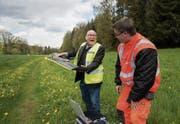 Walter Schwarzkopf hält die Drohne in den Händen, mit der vergangenes Jahr die Wiese vermessen wurde. (Bild: Michel Canonica (28. April 2016))