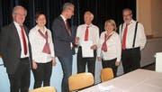 Werner Vetsch, Barbara Meier, Bernhard Lapp, Manuela Villani, Martin Lutz (von links) freuen sich mit dem Jubilaren Alfred Sonderegger (Dritter von rechts). (Bild: Andrea Eugster-Benz)