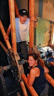 Die Zimmermann-Lernenden bei der Arbeit: Gabriel Loser und Rebecca Johnson, beide im zweiten Lehrjahr. (Bild: Seraina Hess)