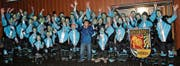 Die Guugewörger Bazenheid überraschten am Samstag den Herrn mit Hut in der Mitte mit einem lauten Konzert. (Bild: PD)
