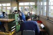 Zwei Jugendliche arbeiten in der Mechanischen Werkstätte des Platanenhofs. (Bild: Tim Frei)
