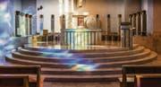 Der Altar rückt näher an die Gemeinde: Chorraumgestaltungen von Bruno Bossart in Flawil (1995, oben und unten links) und Niederwil (2013, unten Mitte und rechts). (Bilder: Hanspeter Schiess)
