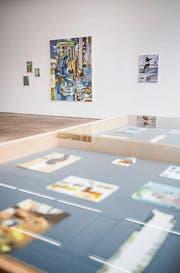 Nikola Irmer: Two horns, 180 x 150 cm, Öl auf Leinen, 2014; davor Vitrine mit Farbstudien. (Bild: Andrea Stalder)