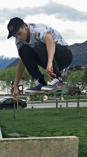 Jan Scherrer bestreitet auch einige Trainingseinheiten auf dem Skateboard. Ambitionen hegt er in dieser Sportart aber keine. (Bild: PD)
