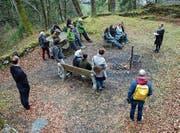 Die Kunstschaffenden und Organisatoren besichtigen die Ruine Rüdberg, wo am 9. September die Vernissage von «Weiter» stattfindet. (Bild: PD)