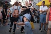 Ein Tänzchen in Ehren: Beste Stimmung in der St.Galler Innenstadt. (Bild: Benjamin Manser)