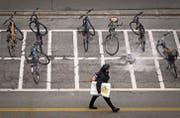 Verbesserungspotenzial: Nicht auf allen Veloparkplätzen der Stadt lassen sich Fahrräder gut anketten. (Bild: Benjamin Manser)