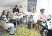Kursleiterin Maria Tselouko mit den Kursteilnehmerinnen, Chasmat aus Tschetschenien, Yesim aus Kurdistan, Tanja aus Russland und Karen aus Kenia (von links). (Bild: Susi Miara)