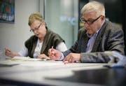 Abteilung Kontrolle prüft die von Hand eingegebenen Wahlzettel. (Bild: Benjamin Manser)