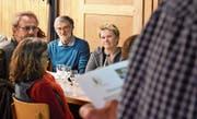 Hans Dischl (Bildmitte), Gründungsmitglied des Natur- und Vogelschutzvereins Oberhelfenschwil, wurde an der Hauptversammlung im Restaurant Frohe Aussicht am Montagabend zum Ehrenmitglied ernannt. (Bilder: Urs M. Hemm)