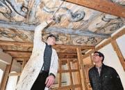 Mauro Ferrari und Ingo Gschwend in der Stube mit der über 300 Jahre alten Renaissance-Decke. Gewusst hat man von ihr vor der Renovierung der Wohnung nichts. Sie kam unter jüngeren Deckenschichten zum Vorschein. (Bild: Max Tinner)