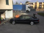 Am Mercedes entstand beim Motorbrand Totalschaden. (Bild: Kapo SG)