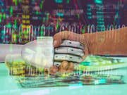 ROBO Advisor concept. Man and robot hand shaking on abstract investment management background. (Bild: Fotolia)