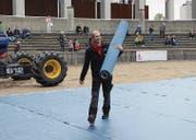Zwischen Viehvorführungen und Säulirennen wird die Arena noch schnell in eine Showbühne verwandelt (Bilder: Karin Erni)