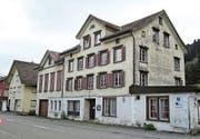 Seit Jahren präsentiert sich der «Ochsen» in Reute in schlechtem Zustand. In den kommenden Monaten soll das Gebäude in ein Wohnhaus umgewandelt werden. (Bild: Peter Eggenberger)