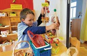 Im «Kindergartenladen zur Sonnenblume»: Niemand zwingt Jean-Luc, statt Glace «Eis» zu sagen. (Bild: Hanspeter Schiess)